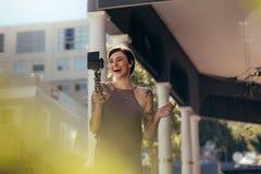 Смеясь запись женщины vlog outdoors стоковые фотографии rf