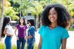 Смеясь над Афро-американская женщина с группой в составе подруги Стоковые Фотографии RF
