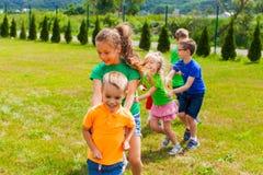 Смеясь над дети играя кабель дракона Стоковое Фото
