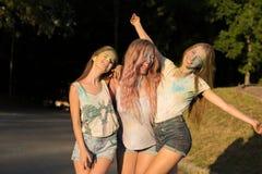 3 смеясь над друз женщин празднуя фестиваль Holi Стоковые Фото
