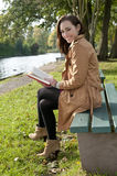 Смеясь над женщина с книгой Стоковые Изображения RF