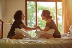 2 смеясь над женщины в спальне Стоковые Изображения RF