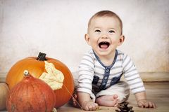 Смеясь над маленький малыш с тыквами Стоковые Фотографии RF