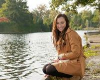 Смеясь над молодая женщина Стоковое Изображение RF