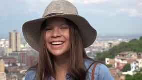 Смеясь над предназначенная для подростков девушка имея шляпу потехи нося стоковые фотографии rf