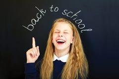 смеясь над ребенок школьного возраста около классн классного школы Стоковая Фотография