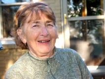 смеясь над старшая женщина Стоковое фото RF