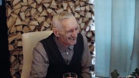 Смеясь над счастливый старик сток-видео