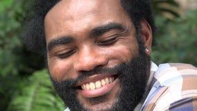 Смеясь над африканский взрослый мужчина сток-видео