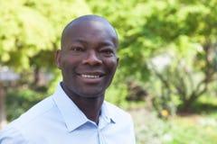 Смеясь над африканский человек в парке Стоковые Изображения RF