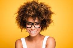 Смеясь над Афро-американская девушка с афро Стоковое фото RF