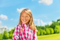 Смеясь над белокурая маленькая девочка Стоковые Изображения