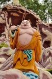 Смеясь над буддийское монах на путешествии Стоковые Изображения RF