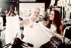 Смеясь над верхняя часть девушек ходя по магазинам совместно Стоковые Изображения