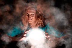 Смеясь над ведьма с светлой сферой стоковые фото