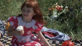 Смеясь над девушка с мороженым видеоматериал