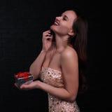 Смеясь над девушка с подарком Стоковое Изображение