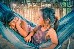 Смеясь над девушки в гамаке в Боливии Стоковые Фотографии RF