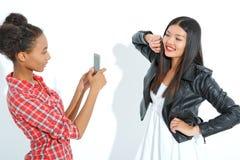 Смеясь над девушки принимая фото Стоковые Фотографии RF