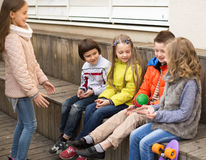 Смеясь над дети играя с шариком на деревянной платформе Стоковые Изображения RF