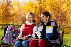 Смеясь над дети школы пар Стоковое Фото
