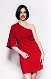 Смеясь над женщина брюнет в красном платье стоковые изображения rf