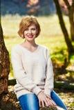 Смеясь над женщина в парке осени Стоковая Фотография