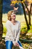 Смеясь над женщина в парке Стоковая Фотография RF