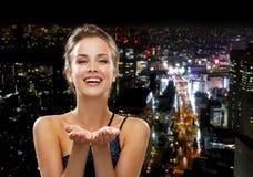Смеясь над женщина в платье вечера держа что-то Стоковое фото RF