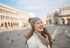 Смеясь над женщина стоя на аркаде Сан Marco Стоковая Фотография