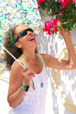 Смеясь над женщина с зонтиком и бугинвилией Стоковое Изображение