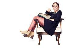 Смеясь над женщина читая книгу Стоковая Фотография RF
