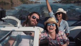 Смеясь над катание семьи в быстроходном катере Стоковая Фотография