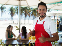 Смеясь над кельнер коктейль-бара на пляже Стоковое Фото