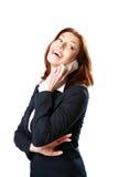 Смеясь над коммерсантка говоря на телефоне стоковые фото