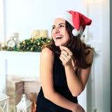 Смеясь над красивая девушка в шляпе Санта Клауса Стоковое фото RF