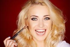 Смеясь над красивая женщина прикладывая blusher Стоковые Фотографии RF