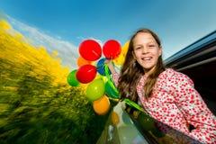 Смеясь над маленькая девочка с воздушными шарами Стоковое Изображение RF