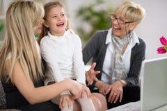 Смеясь над маленькая девочка с матерью и бабушкой Стоковые Фотографии RF