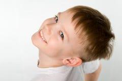 Смеясь над мальчик в футболке под первоначально foreshortening ангелом Стоковое Изображение