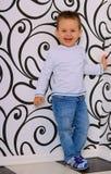 Смеясь над мальчик на предпосылке геометрической картины Стоковые Изображения RF