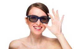Смеясь над молодая женщина в черных стеклах Стоковое Изображение RF