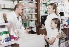 Смеясь над мужские клиенты порции аптекаря Стоковое Изображение RF