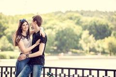 Смеясь над пары в прогулке в парке Стоковое Фото