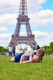 Смеясь над пары лежа на траве в Париже стоковые фотографии rf