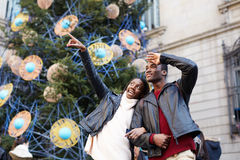 Смеясь над пары на каникулах рождества идя в город Стоковое фото RF