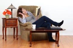 Смеясь над предназначенная для подростков девушка с книгой Стоковое фото RF