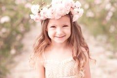Смеясь над ребёнок outdoors Стоковое Фото