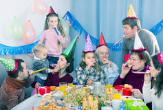 Смеясь над семья поступая в шутку во время партии Стоковое Фото
