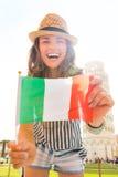 Смеясь над турист женщины держа итальянский флаг в Пизе Стоковое Изображение